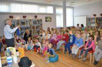 wojciech widlak mówiący do dzieci podczas swojej prezentacji