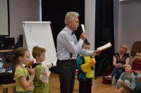 wojciech widlak czytający dla dzieci podczas swojej prezentacji