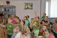 dzieci podnoszące ręce podczas prezentacji wojciecha widlaka