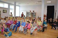 słuchające dzieci podczas prezentacji wojciecha widlaka