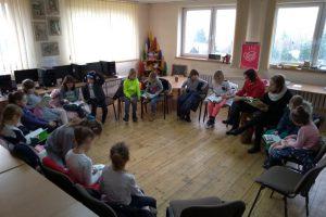 dzieci czytają książki na mikołajkach w Filii Bibliotecznej w Studziankach