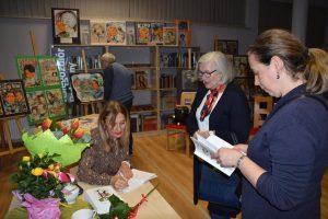 Katarinie Lavmel rozdająca autografy