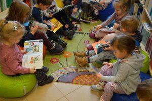 dzieci z przedszkola oglądające książki w bibiliotece
