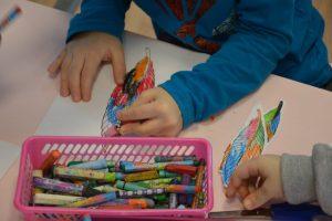 chłopiec rysujący kolorowe liście