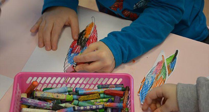 dzieci malujące kolorowe liście