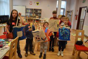 dzieci z wykonanymi pracami podczas zajęć edukacyjnych
