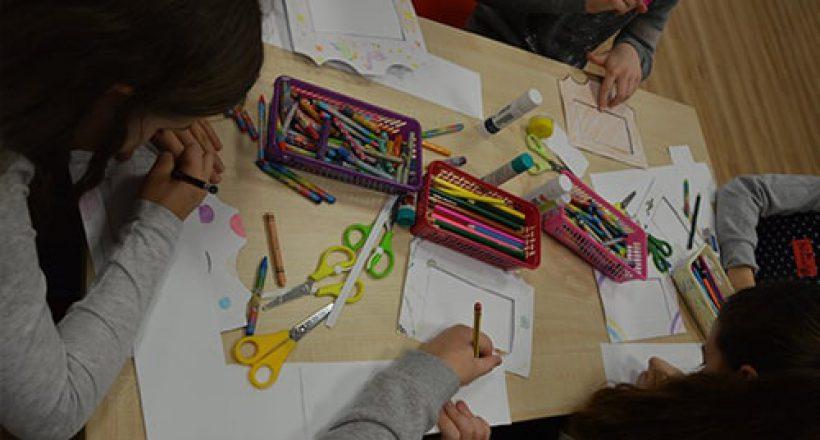 dzieci rysujące flamastrami