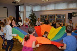 dzieci podczas zabawy w bibliotece