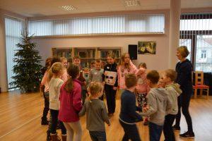 tańczące dzieci w bibliotece