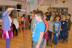 dzieci podczas zabawy w bańki mydlane