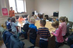 rysujące dzieci na zajęciach z dnia DKK