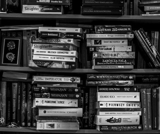 książki na regałach