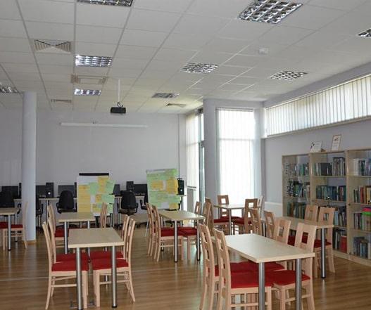 zdjęcie wnętrza czytelni w bibliotece w wasilkowie