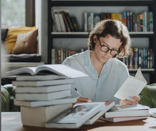 student piszący recenzję książki