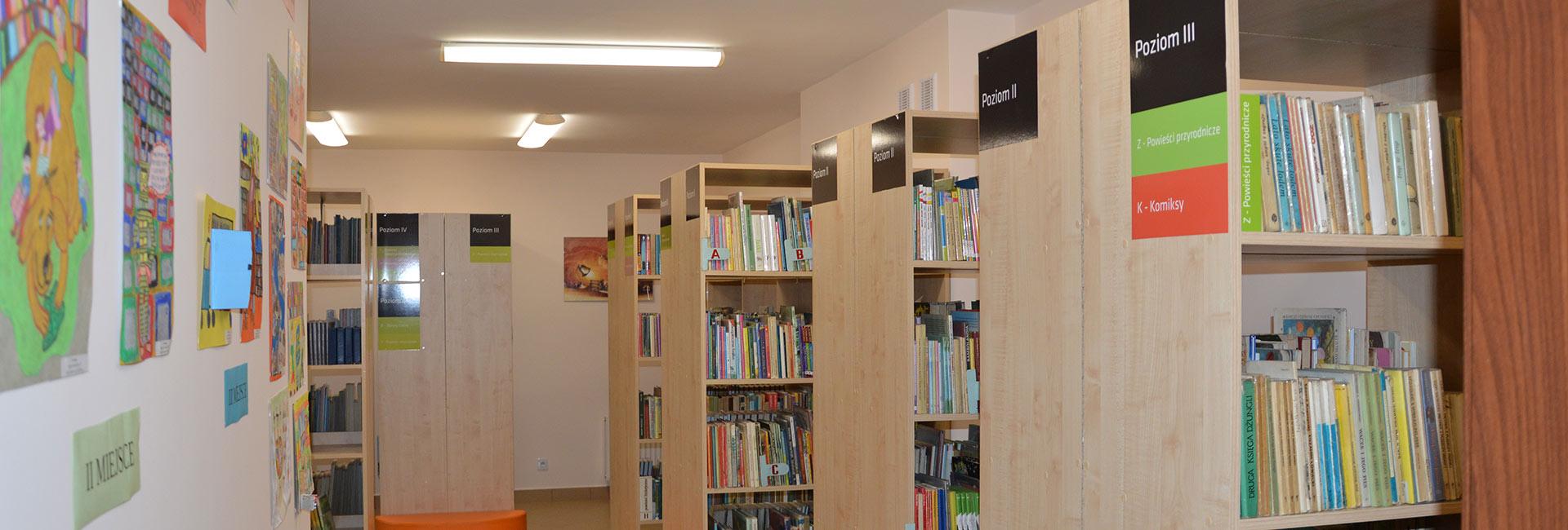regały biblioteczne z książkami według tematyki