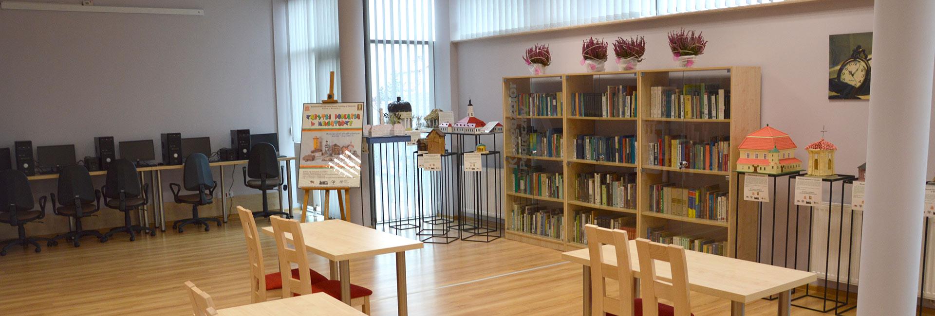 sala komputerowa w bibliotece, regały z książkami