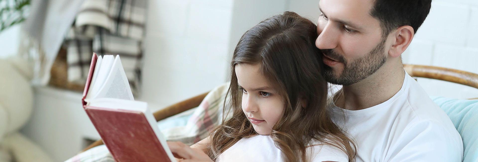 tato czytająca książkę dla swojej córki