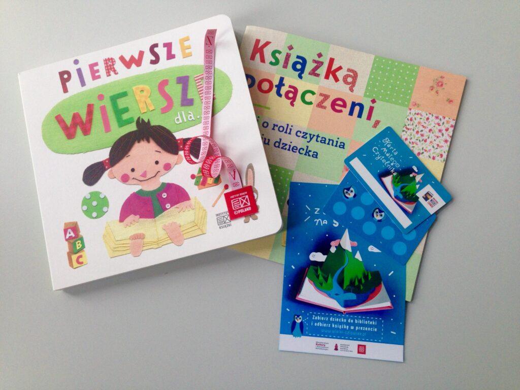 """Książka """"Pierwsze wiersze dla..."""", broszura """"Książką połączeni"""", ulotka z książką na start oraz karta małego czytelnika do zbierania naklejek."""
